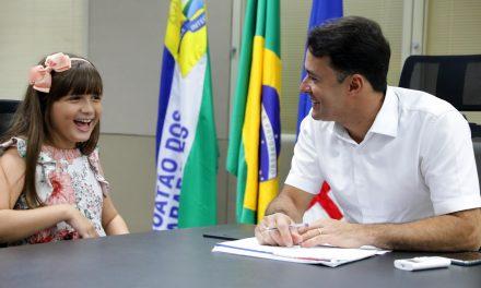 Prefeito Anderson Ferreira recebe visita da representante de Jaboatão no The Voice Kids