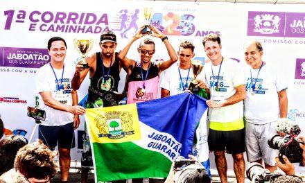Troféus foram entregues aos vencedores no pódio montado na orla do bairro de Candeias. Foto: Chico Bezerra/PJG