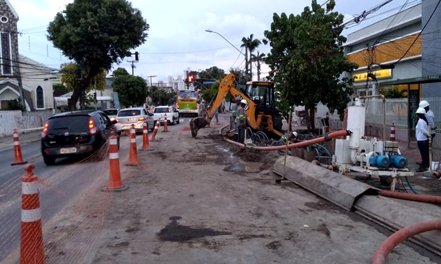 Obra  emergencial de esgoto na Avenida Beberibe