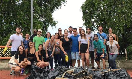 Voluntários realizam mutirão de limpeza das margens do Rio Capibaribe neste sábado (11), na Rua da Aurora